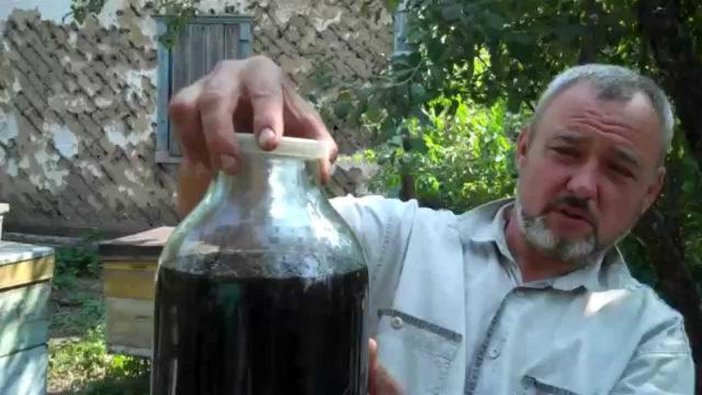 Как правило, для этого берут водку, но допускается и использование самогона