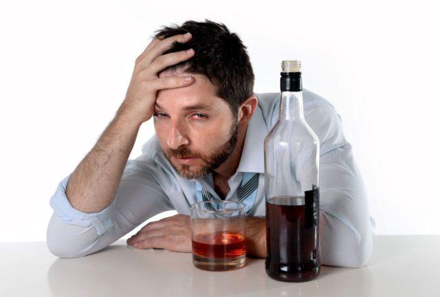 Алкоголь интенсивно разрушает печеночные клетки, что отрицательно отражается на гормональной выработке андрогенов, а, значит, и на половых функциях мужчины