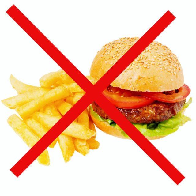 Отказаться стоит от употребления холестеринсодержащих блюд