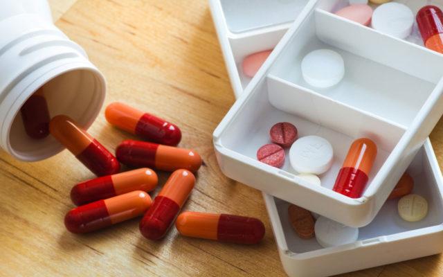 На эффективность препарата влияют антациды в виде Алмагеля, Рении, Фосфалюгеля, а также соли железа