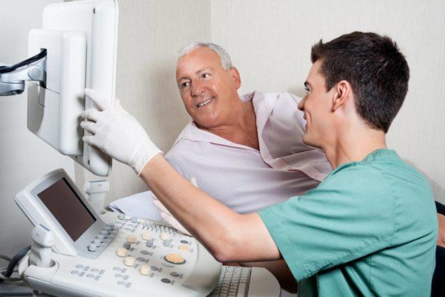 Больного осматривает анестезиолог и обсуждает предстоящий вид наркоза